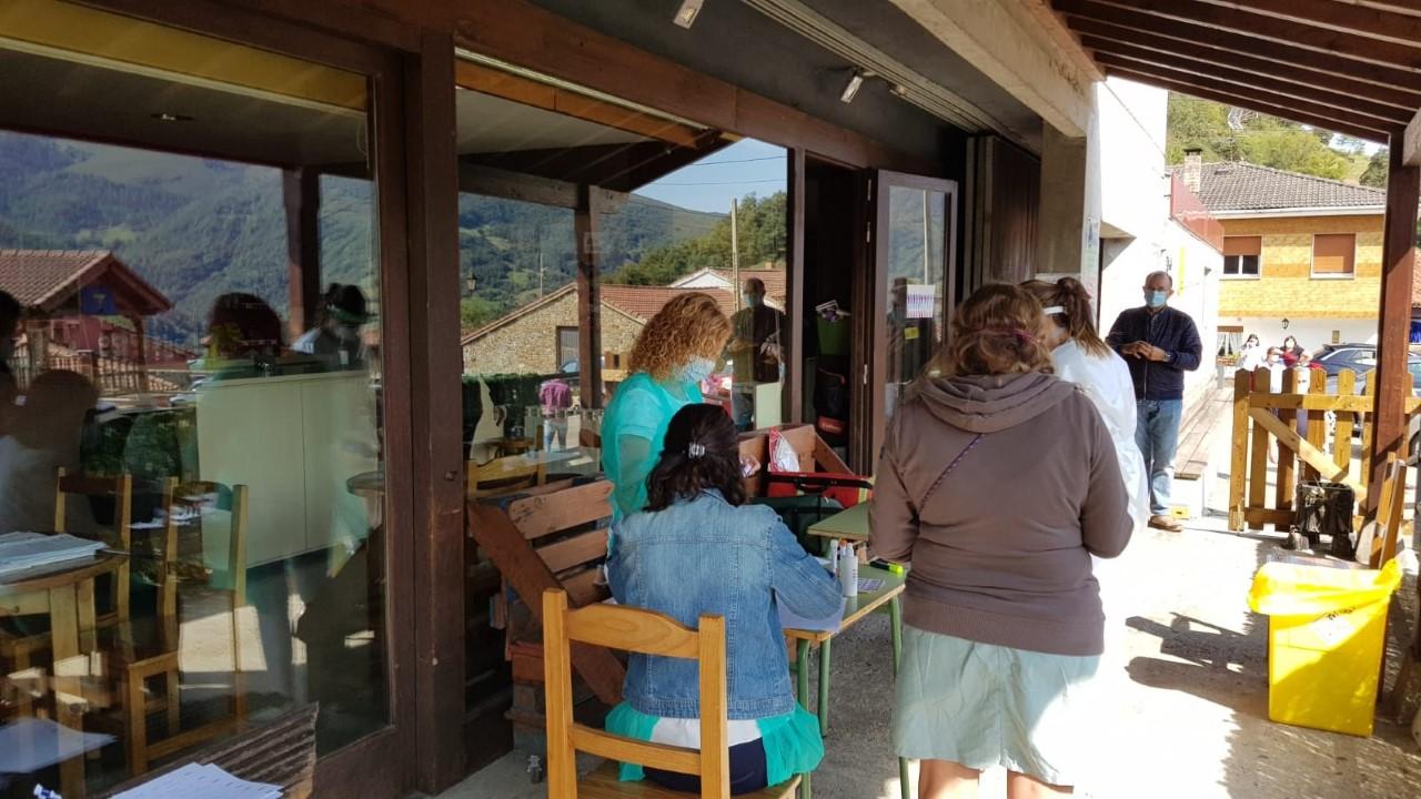 Salud inicia un cribado entre los 40 vecinos de Sobrefoz (Ponga) tras detectarse tres casos positivos de coronavirus