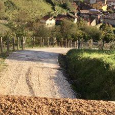 Onís mejora los caminos de la concentración parcelaria de Avín y la semana que viene instalará la pasarela del Güeña