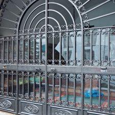 Unos vándalos causan daños en la Capilla de Santa Ana de Ribadesella y escriben frases blasfemas en la verja de entrada