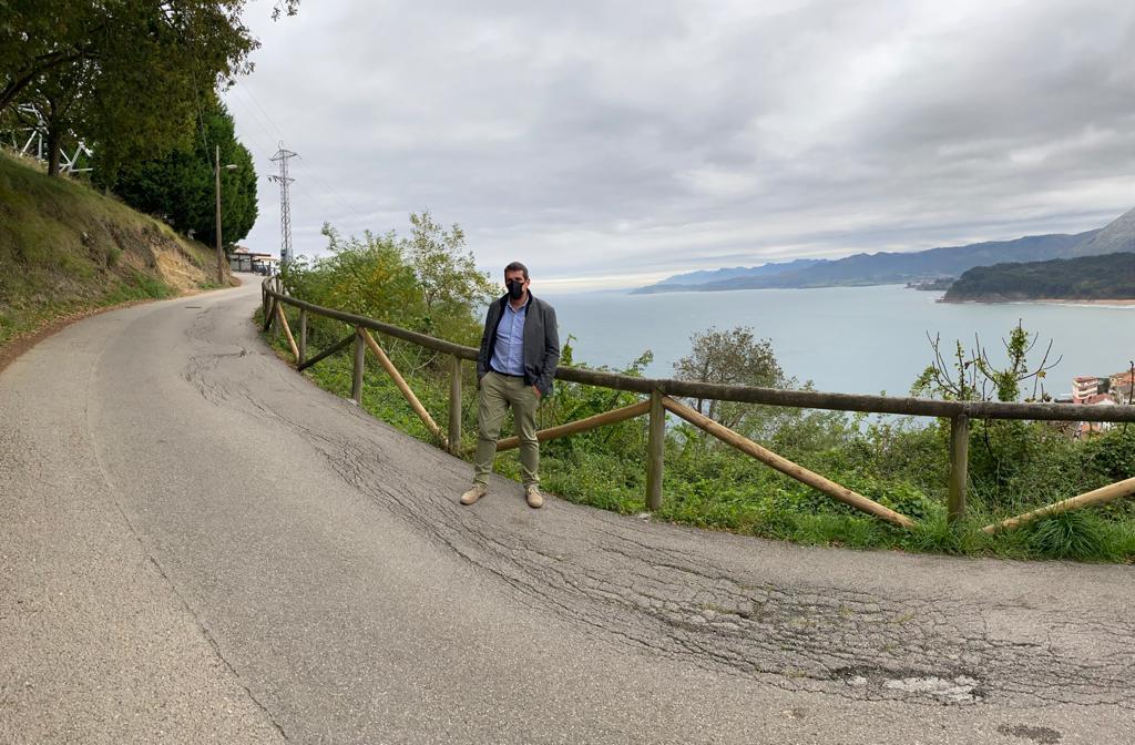 Cs Colunga alerta sobre el hundimiento aparecido en la carretera de acceso al Mirador de San Roque, en Lastres