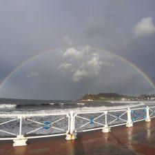 El arco iris, marco multicolor sobre la bahía de Ribadesella