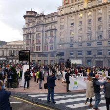 Salud + Economía = Hostelería. Lema de Otea en la concentración celebrada hoy en Oviedo contra el cierre de sus negocios