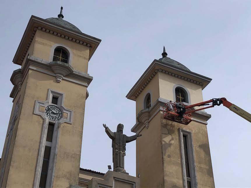 La iglesia parroquial de Ribadesella mejora su fachada con su necesario repintado