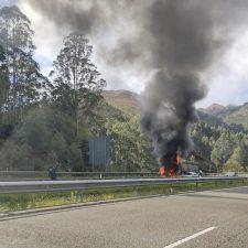 El incendio de un camión en la A-8 a su paso por Ribadesella obliga a cerrar el Túnel del Fabar dirección Santander