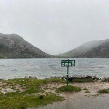 Los Lagos de Covadonga a rebosar de agua y con algunas precipitaciones en forma de nieve