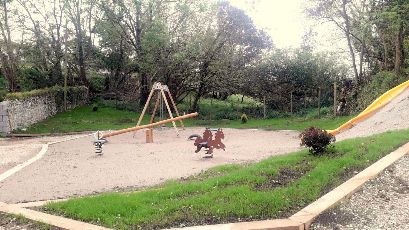 Llanes reabrirá la escuela de Piñeres de Pría para dar cabida a 5 alumnos de Villanueva