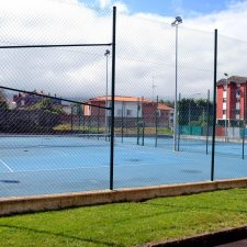 El martes comenzará la renovación del sistema de iluminación en las pistas de tenis de Llanes