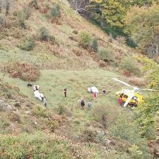El helicóptero del Principado rescata una vaca herida al despeñarse por la Canal del Texu de Onís