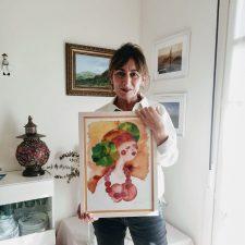 La riosellana Reyes Fernández lleva su colorista visión de la feminidad a la Casa de Cultura de la villa