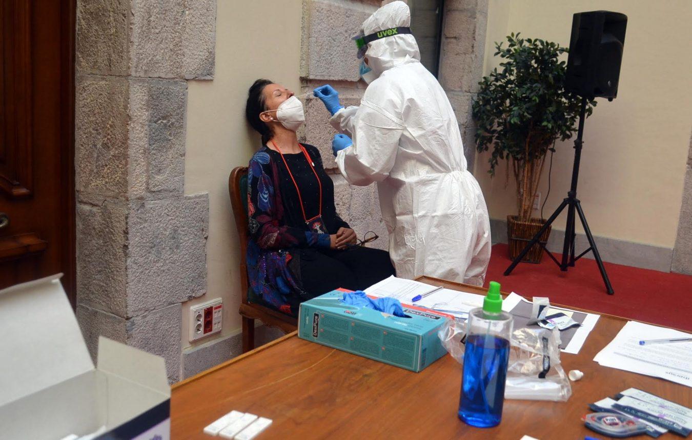 El Ayuntamiento de Llanes realiza test rápidos a sus trabajadores sociosanitarios y todos son negativos en coronavirus