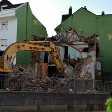 Comienza la demolición de varios edificios de la calle San Antonio de Arriondas declarados en ruina
