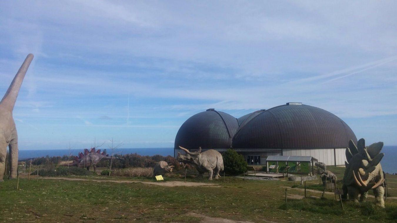 El Principado licita la reparación de la carretera de acceso al Museo Jurásico de Asturias en Colunga