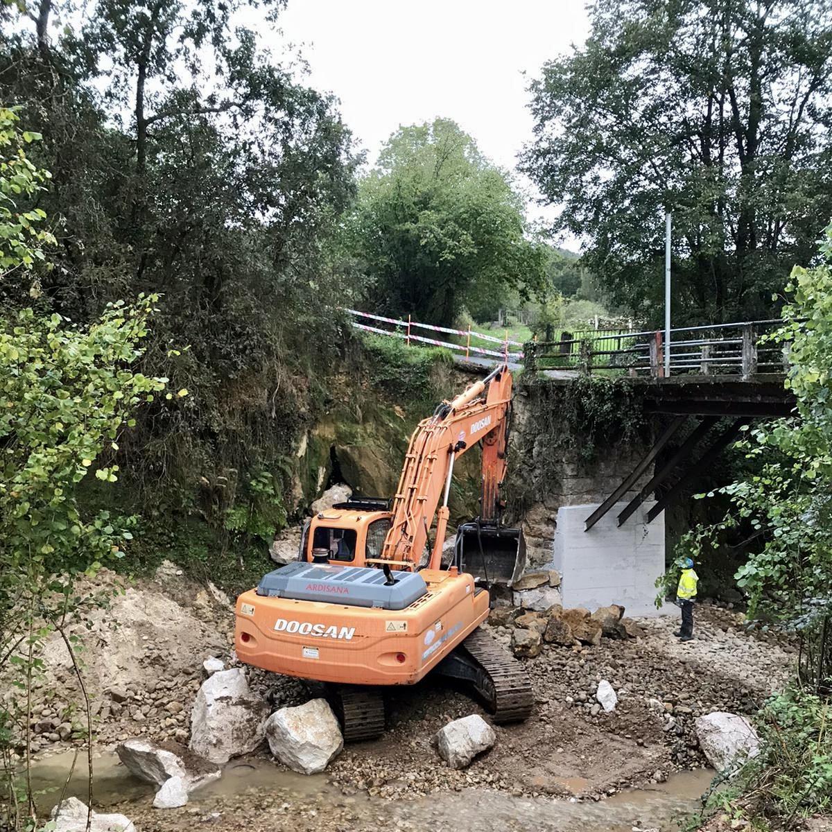 Cangas de Onís refuerza el puente de Cuetu Abamia e instala una cubierta en el patio de la Escuela Infantil