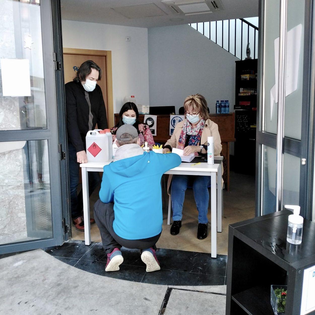 Mas de 200 empresarios de Ribadesella recogen las mascarillas distribuidas por el Ayuntamiento