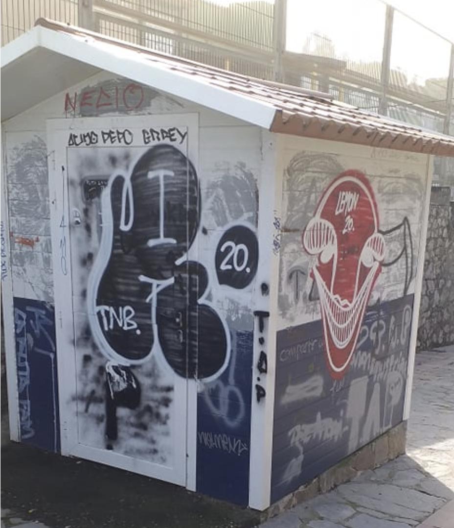 La Guardia Civil identifica a los vándalos del spray que llenaron la villa de Ribadesella de pintadas. Son dos menores de edad