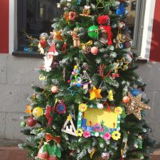Homenaje a los sanitarios de la comarca en el Arbol de Navidad de Benia de Onís