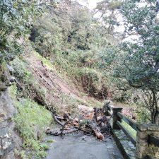 Un argayu oculta la rampa de acceso a la playa de La Atalaya en la villa de Ribadesella