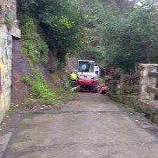 El Ayuntamiento de Ribadesella retira el argayu que sepultó la rampa de acceso a la playa de La Atalaya