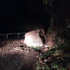 Una enorme roca mantiene cortado un carril en la carretera de Berodia (CA-2)