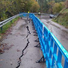 El hundimiento de un tramo de calzada mantiene cortado un carril de la RS-2 entre La Piconera y Sardalla (Ribadesella)