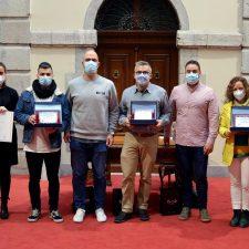 El taller de costura de Raúl Herrero gana el Concurso de Escaparates de Llanes