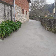 El Ayuntamiento de Ribadesella concluye la pavimentación del camino Les Cuevines en Cuerres