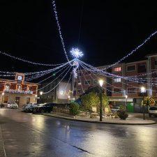 Una gigantesca carpa lumínica da la bienvenida a la Navidad en la plaza del Cañón de Arriondas