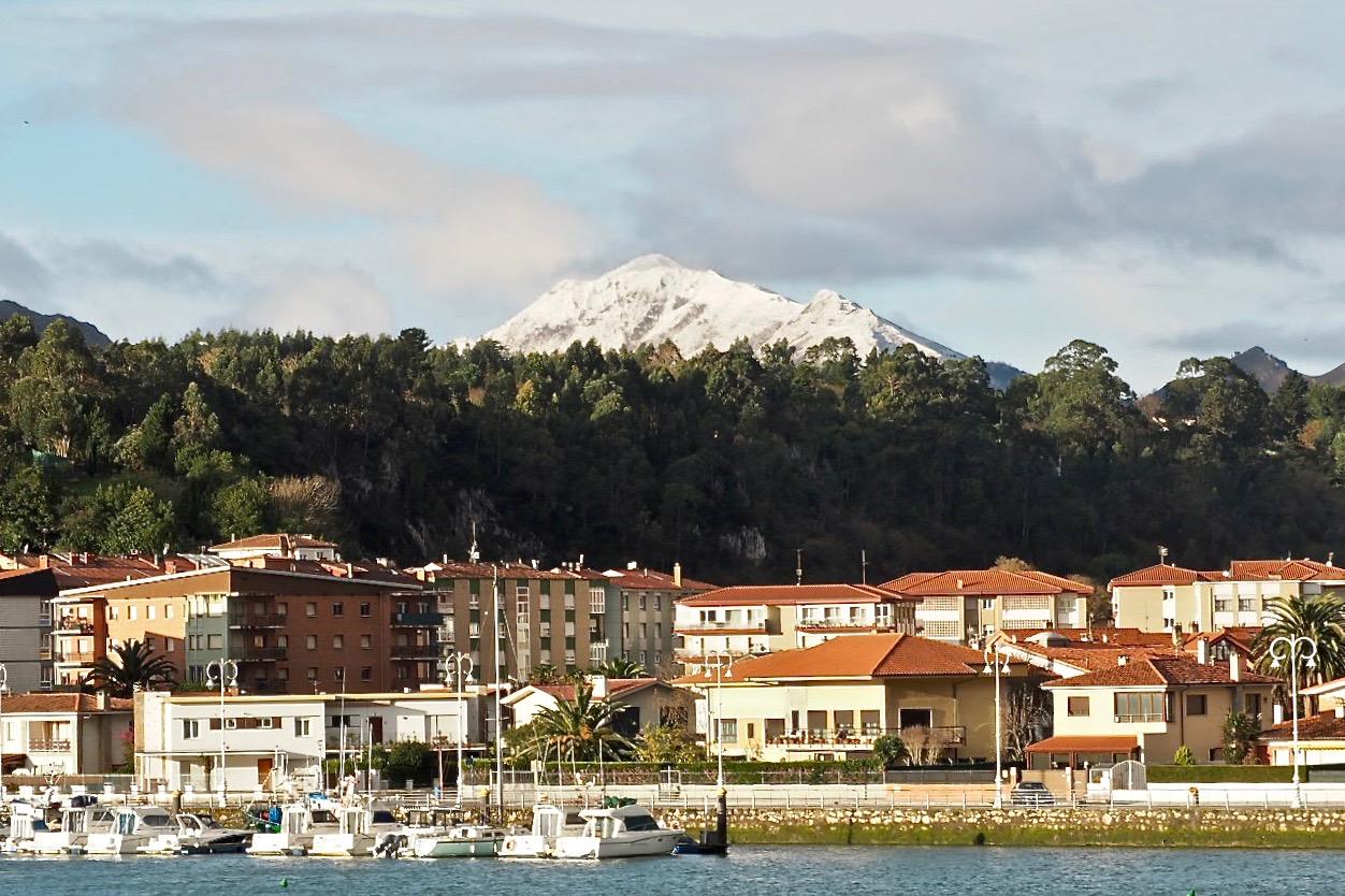 Llegan las primeras nieves de diciembre a la comarca y olas de hasta 6 metros en la costa de Ribadesella