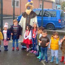 Un Príncipe Aliatar con mascarilla inicia su recorrido por las escuelas rurales del concejo de Llanes