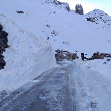 La carretera de Sotres soporta una docena de aludes en las últimas 24 horas