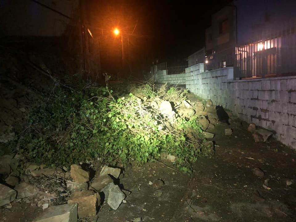 El derrumbe de una construcción en ruina corta un camino en Tezangos, en el concejo de Ribadesella