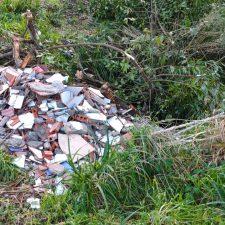 Denuncian un vertido de escombros de obra entre los pueblos de San Pedro y Abéu