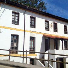 El Ayuntamiento de Llanes expedientará a la empresa que no limpió a tiempo la escuela de Porrúa por incumplimiento de contrato