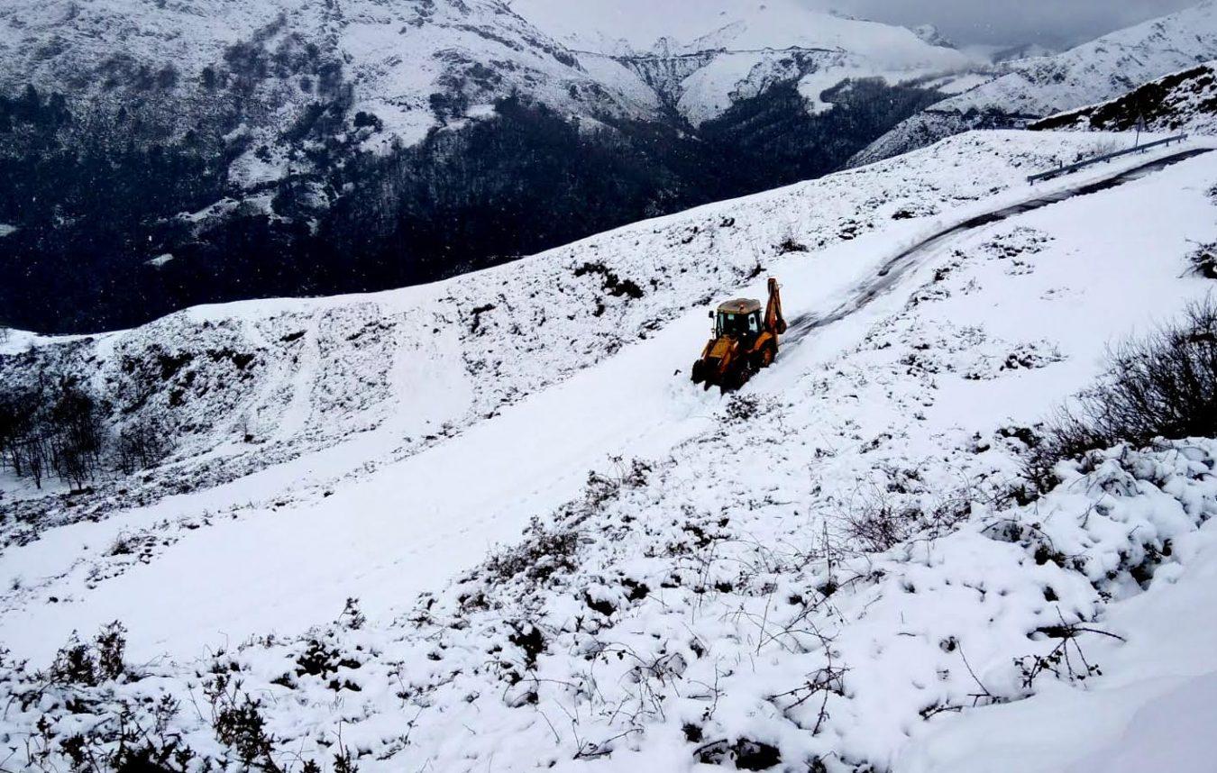Los vecinos de Fresneu ya pueden salir y entrar del pueblo tras quedar abierto el paso cubierto por la nieve