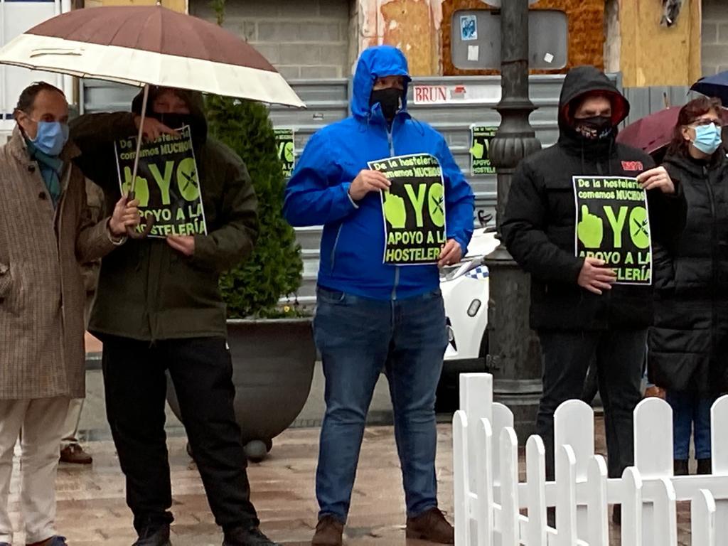 Los hosteleros de Ribadesella desencantados ante el nuevo recorte de horarios