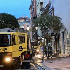 Un incendio calcina por completo una tienda de moda en el centro de Ribadesella y obliga a evacuar a una mujer