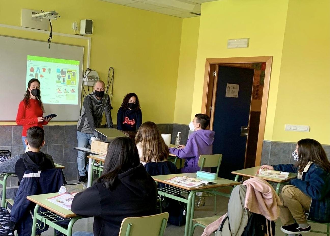 Tras el premio fin de carrera, Laura Vía debuta como profesora en el IES Llanes