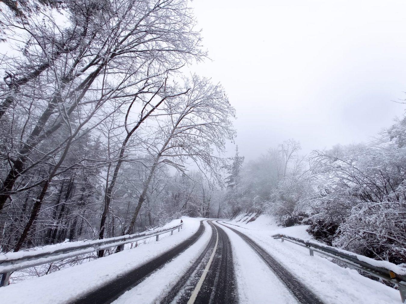 La nieve empeora el estado de las carreteras en el oriente de Asturias mientras denuncian el abandono del servicio de conservación