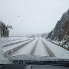 La carretera del Fitu con cadenas y el alto de San Ignacio cerrado por la nieve