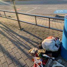 Aumenta el número de recolectores voluntarios que retiran los plásticos que se acumulan en la playa de Ribadesella