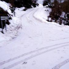 El Ayuntamiento de Llanes utiliza sal para abrir el acceso a Priédamu, en la Sierra del Cuera