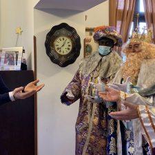 El alcalde de Cangas de Onís recibe en el Ayuntamiento a unos madrugadores Reyes Magos de Oriente
