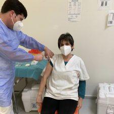 Once trabajadoras del Servicio de Ayuda a Domicilio de Ribadesella se vacunan contra la Covid-19