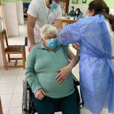 Residentes y trabajadores de la Fundación Beceña González de Cangas de Onís reciben la primera dosis de la vacuna anti-covid
