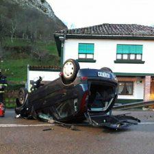 Dos personas resultan heridas con pronóstico reservado tras sufrir un accidente de tráfico en Ribadesella