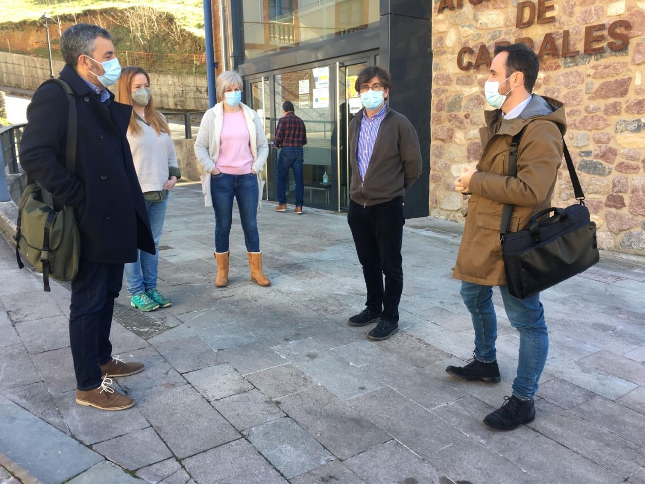 Calvo asegura en Cabrales que habrá flexibilidad con los horarios de La Travesera Integral de los Picos de Europa