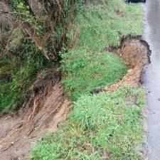 El Ayuntamiento de Ribadesella actuará por vía de urgencia en el argayu que afecta a la carretera de Nocéu
