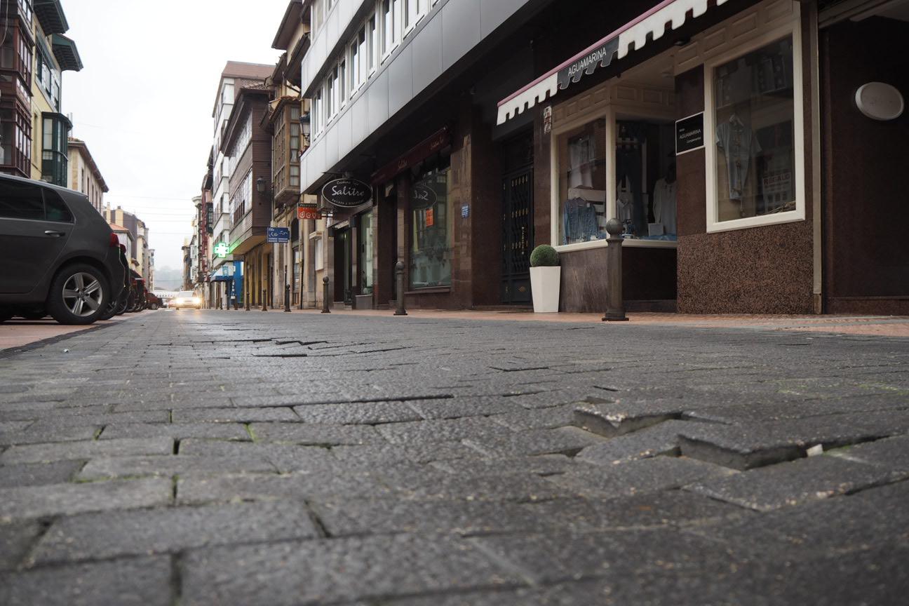 Foro y PP reclaman la reparación integral de la calle Comercio de Ribadesella intransitable por los baches