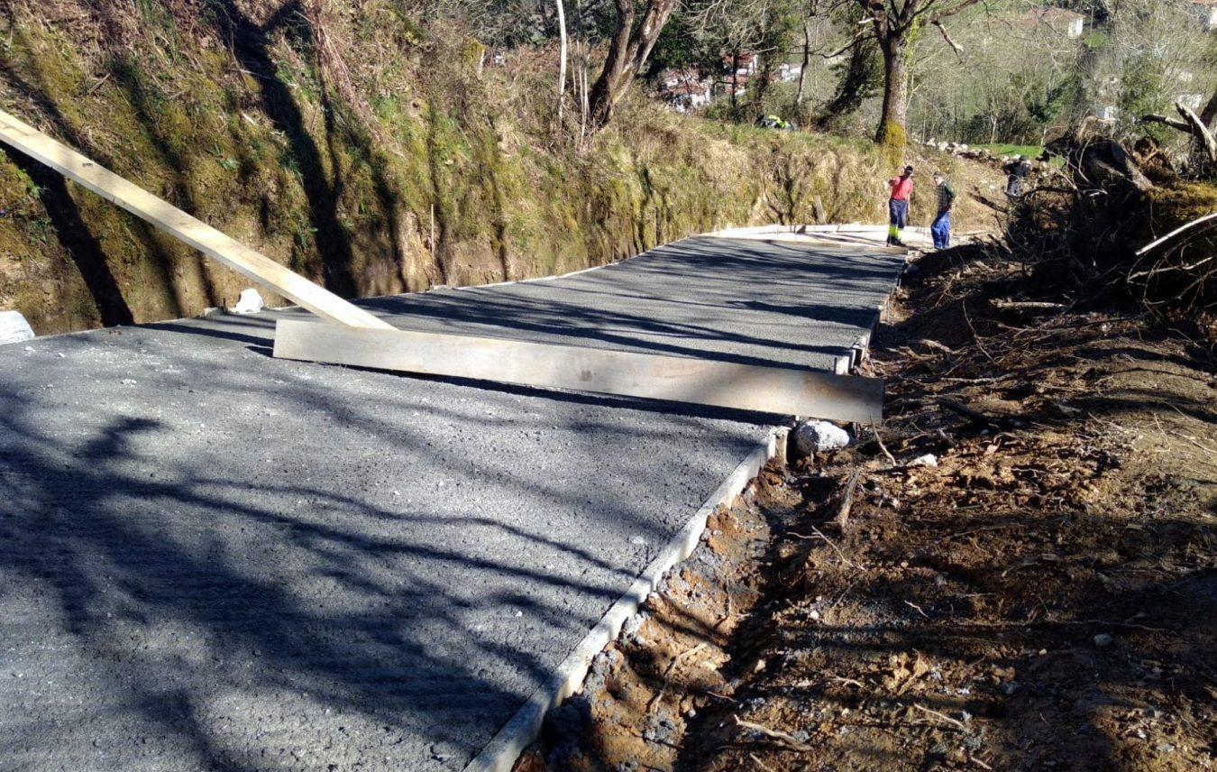 El Plan de Empleo de Llanes ejecuta el hormigonado del camino de El Palombu, en Vibañu