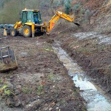 Llanes recupera un canal de desagüe al río Bedón que había deteriorado una empresa maderera en la zona de San Martín de Naves